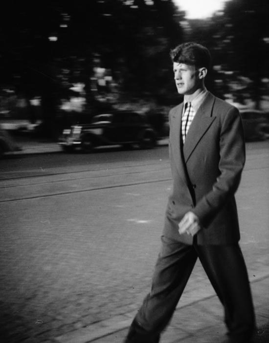b0010c581107 En mycket ung Börje i stilig klädsel med en cigg i vänster hand på promenad  någonstans i Stockholm.